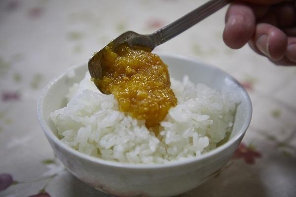 冢田的柚子大醬。裝上剛煮好的飯。